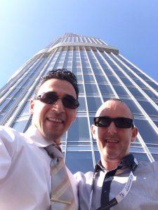 Tanguy Berard et Mustafa Kasislan devant la plus ahute tour du monde Burj Khalifa